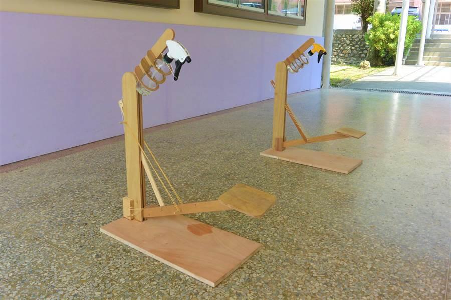 STEAM教育落實於生活中,大湖國中師生自製「腳踏式酒精噴霧器」。(巫靜婷攝)