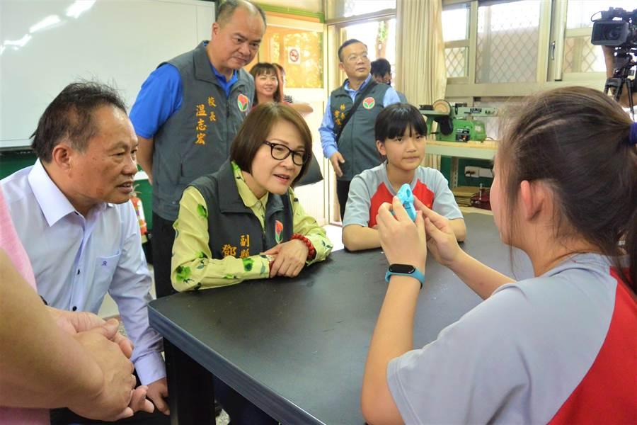 大湖國中學生向副縣長鄧桂菊說明自製曬衣夾的科學原理。(巫靜婷攝)