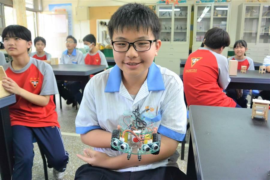 大湖國中學生展示科學與科技課程的成果,臉上滿是自信與笑容。(巫靜婷攝)