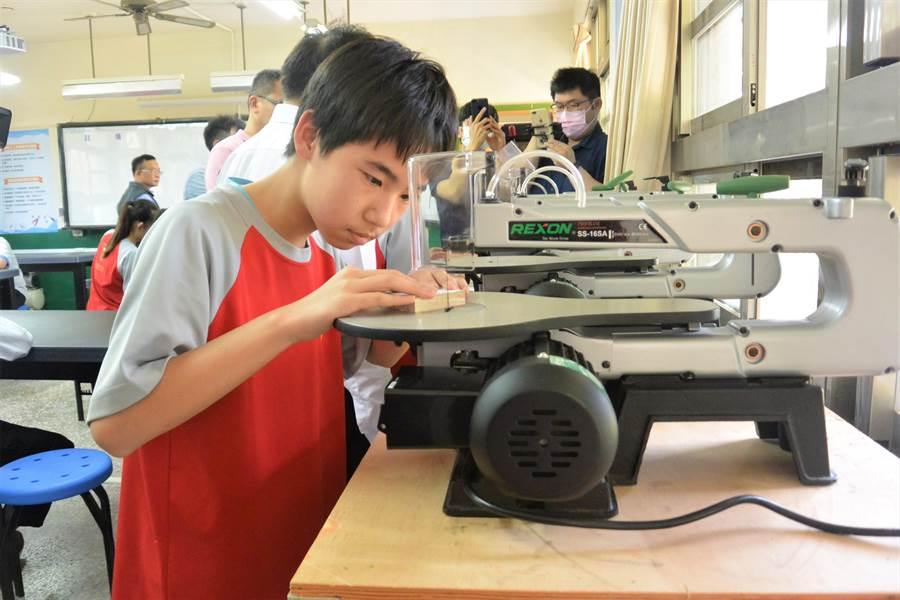 大湖國中學生專注地操作線鋸機。(巫靜婷攝)