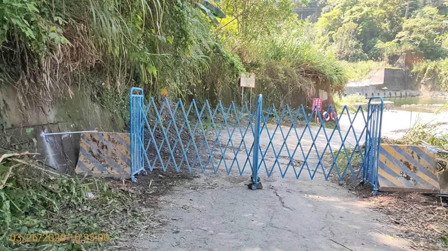 東勢林管處於烏石坑溪溪底便道入口設置鐵柵欄,禁止車輛長驅直入。(東勢林管處提供/王文吉台中傳真)