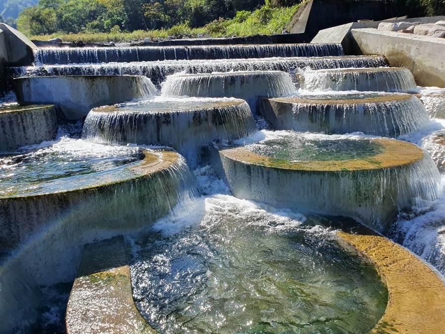 東勢林區管理處於烏石坑溪施做緩坡式固床工,層層石階水瀑媲美「土耳其棉堡」。(東勢林管處提供/王文吉台中傳真)
