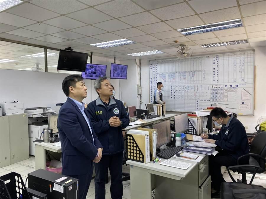 內政部次長陳宗彥(左)前往收容所了解狀況。(移民署提供/陳鴻偉台北傳真)