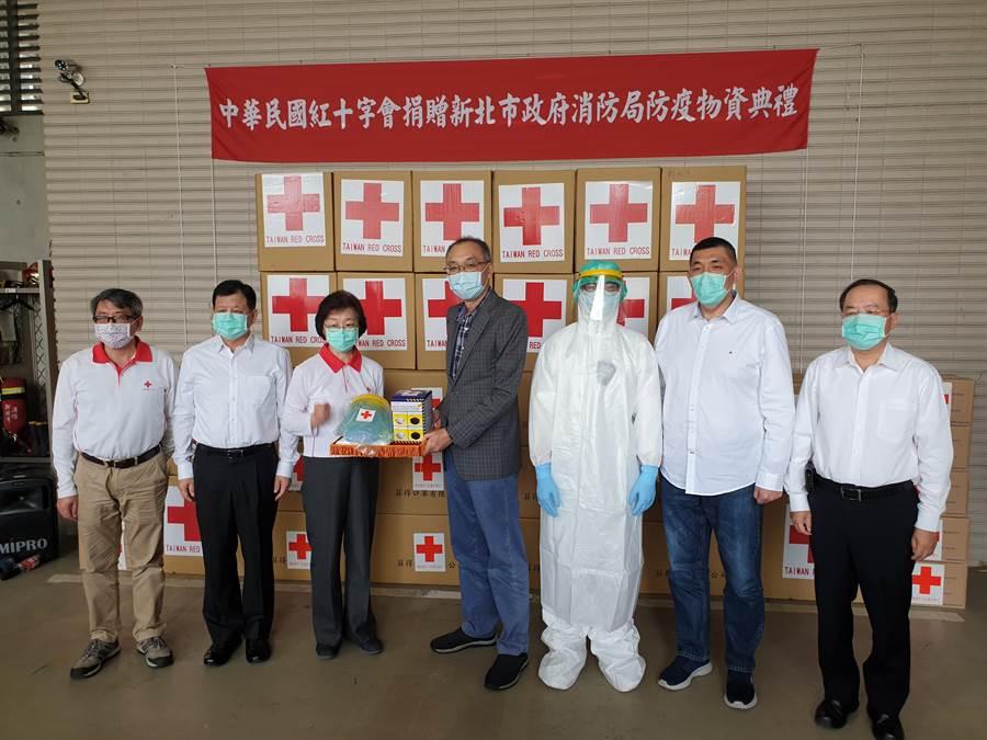 中華民國紅十字會為提升新北市第一線救護人員出勤防護裝備及能力,捐贈捐贈防疫物資。(新北市消防局提供)