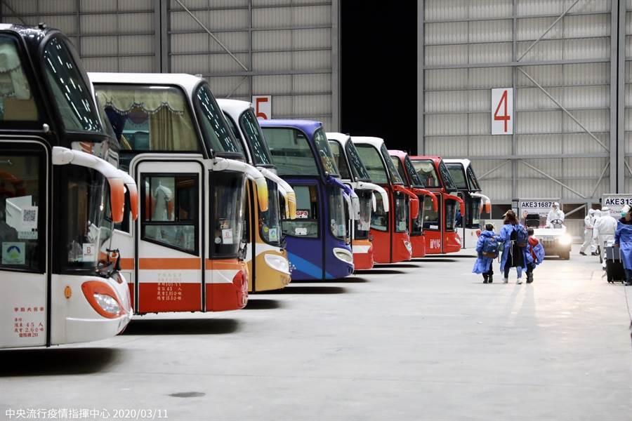 日前武漢包機返台,遊覽車準備將返台國人送至檢疫所隔離。(圖/指揮中心提供)