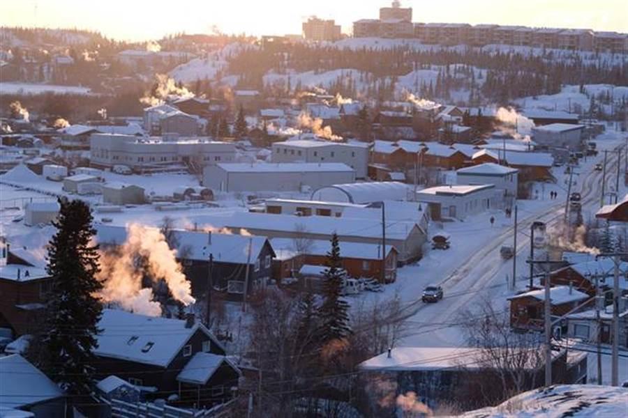登高踏上黃刀鎮最高山頂,就可以看到這座被白雪覆蓋的極光小鎮(圖片提供/黃刀旅遊)