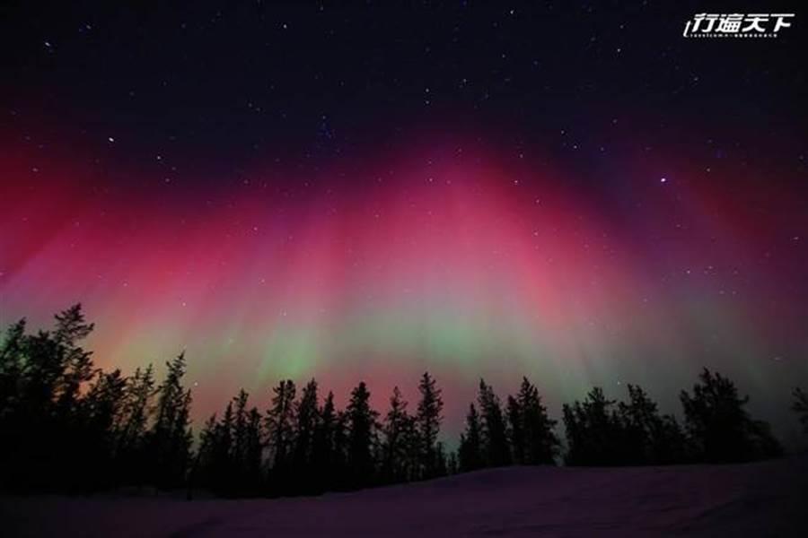 遇見紅色極光突然降落在天際,霎那間讓人感動與激動爆發(圖片提供/黃刀旅遊)