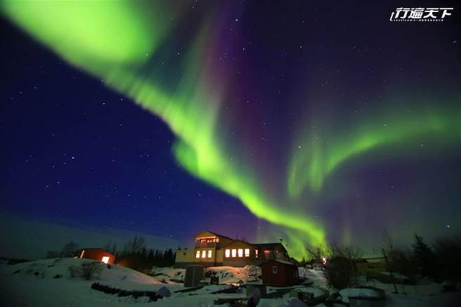 極光出現時,會逐漸由白轉綠,幸運的話還可看見紫色或紅色極光(圖片提供/黃刀旅遊)