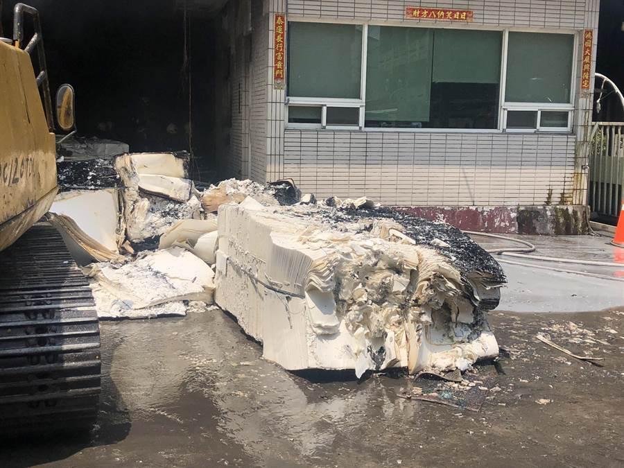 員林市衛生紙工廠大火,衛生紙原料險遭燒毀,火勢雖已撲滅,但目前工廠暫時全部停工後,還須一一檢修機台才能復工打紙漿。(民眾提供/謝瓊雲彰化傳真)