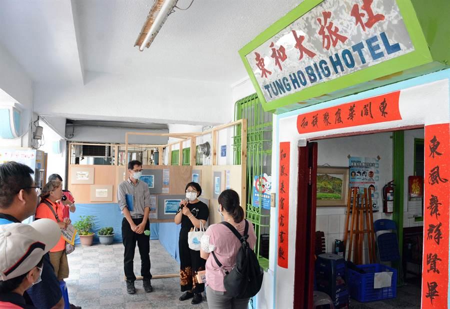 屏北社大在老旅店外辦展,提醒民眾對故鄉的關注,看來格外有感。(林和生攝)