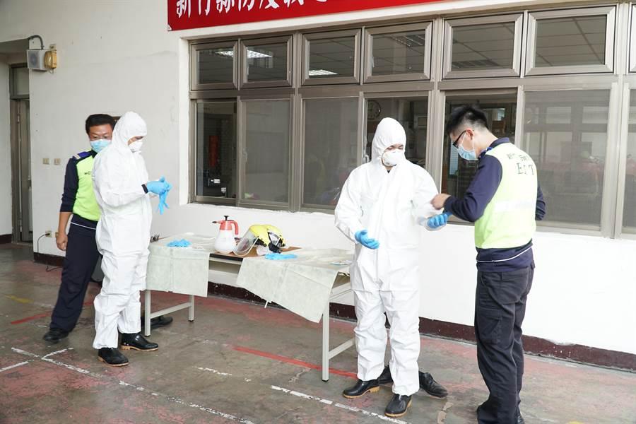 新竹縣消防局採購負壓隔離艙,用於新冠肺炎高度疑似及確診者送醫。(莊旻靜攝)