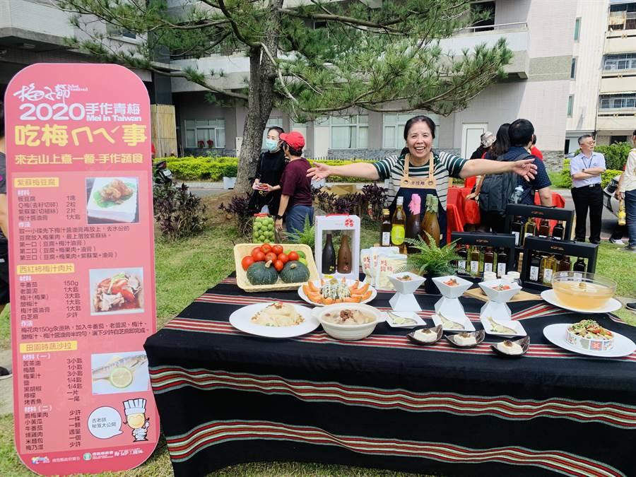 梅餐料理專家古信維老師,展示8道美味豐盛的梅餐。(廖志晃攝)