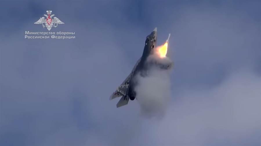 新的宣傳影片,首次出現Su-57側向武器艙飛彈發射。(圖/youtube)