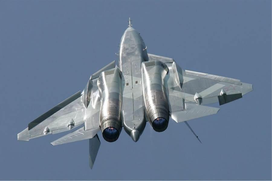 Su-57的機腹,中間的是大型武器艙,而機翼根部的艙體,被認為是側向武器艙。(圖/蘇愷)