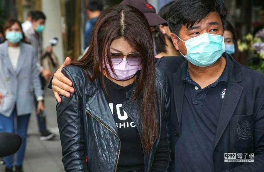 楊麗菁(左)到劉真靈堂神色哀痛。(圖/吳松翰攝)