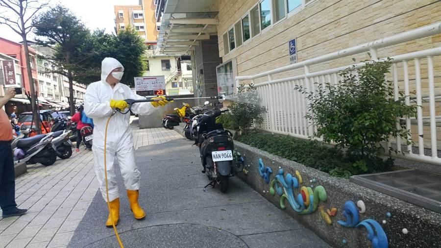 違反居家檢疫,基隆2人各吃10萬罰款,也導致社區到處都須要消毒。(吳康瑋攝)