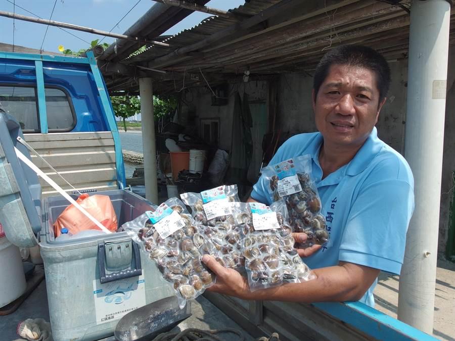 雲林縣台西鄉養殖業者李宗燦推出文蛤宅配服務,銷量成長2至3成。(張朝欣攝)