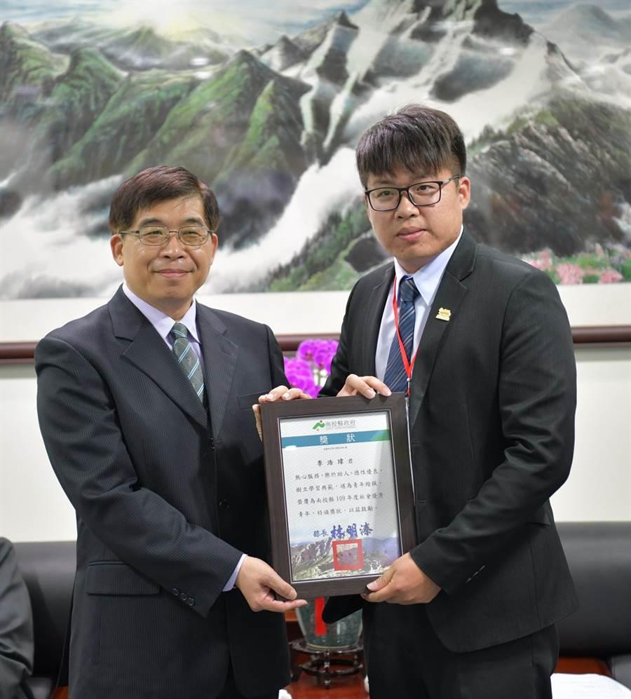 南投縣政府祕書長洪瑞智(左),頒獎給泰雅渡假村經理李浩瑋。(廖志晃攝)