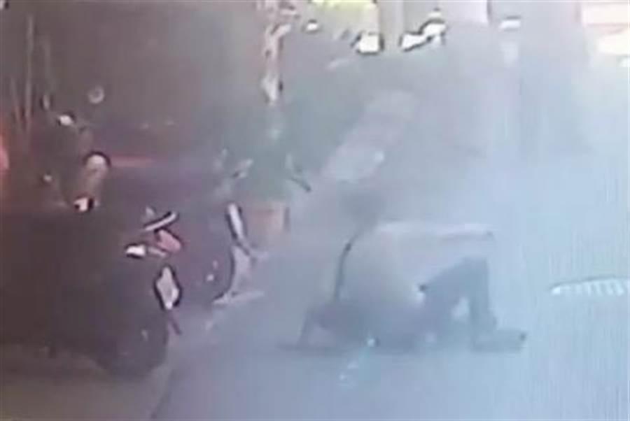 搶匪與老闆扭打後,逃跑時一個踉蹌摔倒,起身負傷逃跑。(高市鼓山警分局提供/袁庭堯高雄傳真)
