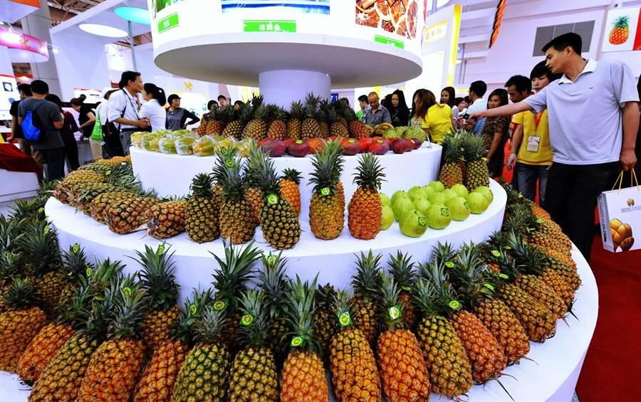 2015年,大陸民眾在第十三屆海峽兩岸經貿交易會ECFA早收清單產品展區,參觀台灣水果。(新華社)