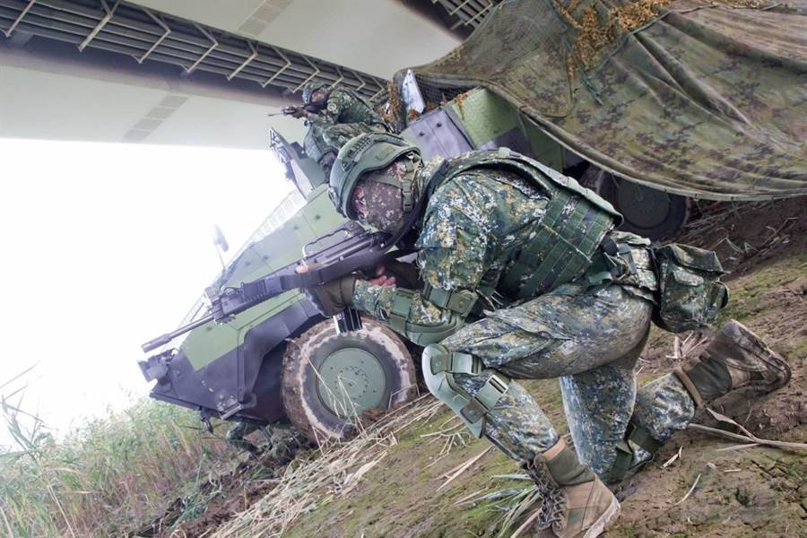 關渡地區指揮部在淡水河邊驗證戰力防護課目,軍聞社提供