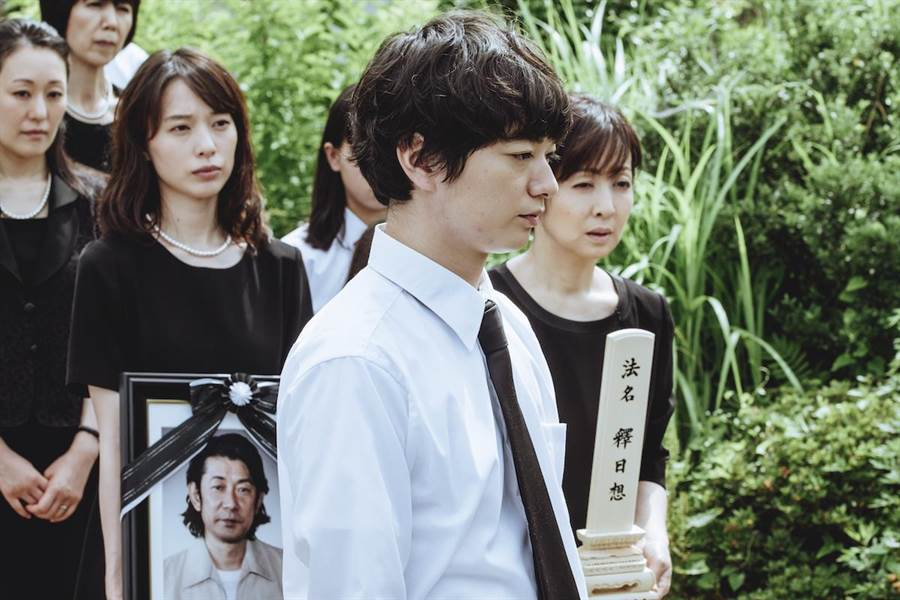 染谷將太與戶田惠梨香新片飾演姊弟,因父親喪禮而返鄉。(威視電影提供)