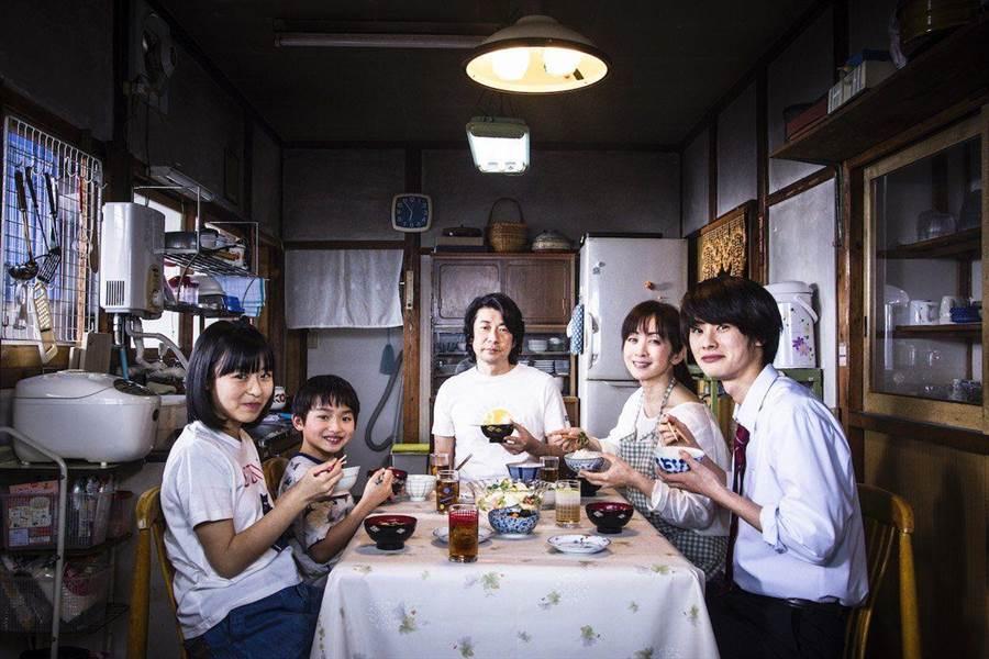 永瀨正敏在片中飾演經常為家人準備料理的父親。(威視電影提供)