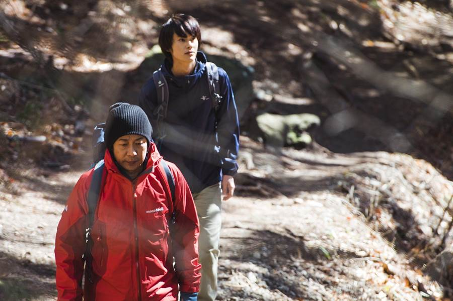 永瀨正敏在片中教導兒子登山。(威視電影提供)