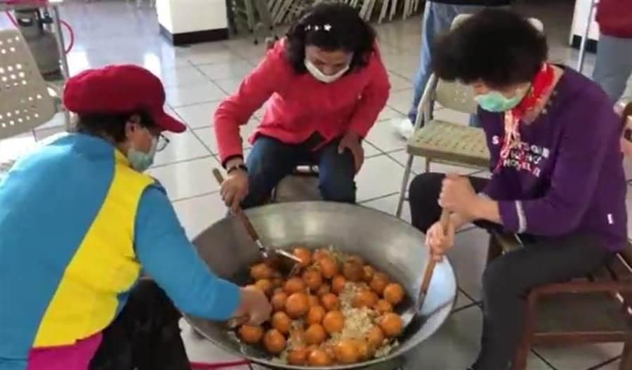 貓裏農學院利用盛產的柑橘製作成美味橘餅,並將教學影片放在網路上,方便民眾在家自學。(貓裏農學院提供/何冠嫻苗栗傳真)