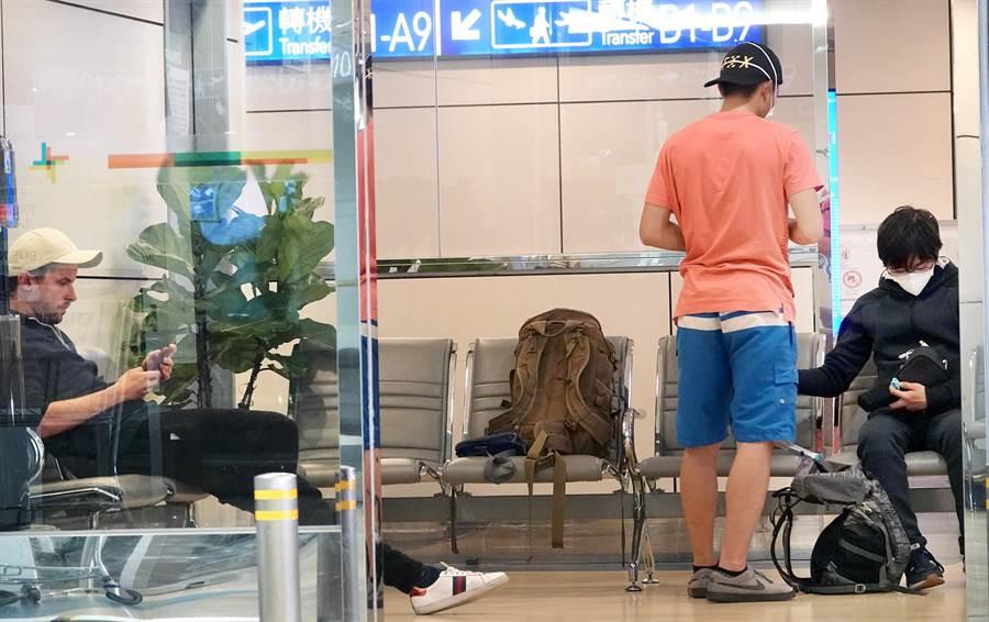 3名外籍轉機旅客26日搭機從紐西蘭抵達桃園機場,卻因禁令無法過境而受困機場。(范揚光攝)
