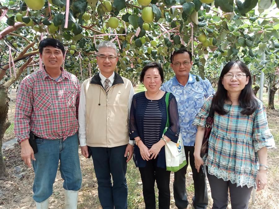 農友謝明樹(左一)去年代表台南以「珍蜜」品種進軍日本東京食品展,並外銷中國、香港、新加坡、馬來西亞、加拿大等國。(台南市農業局提供/劉秀芬台南傳真)