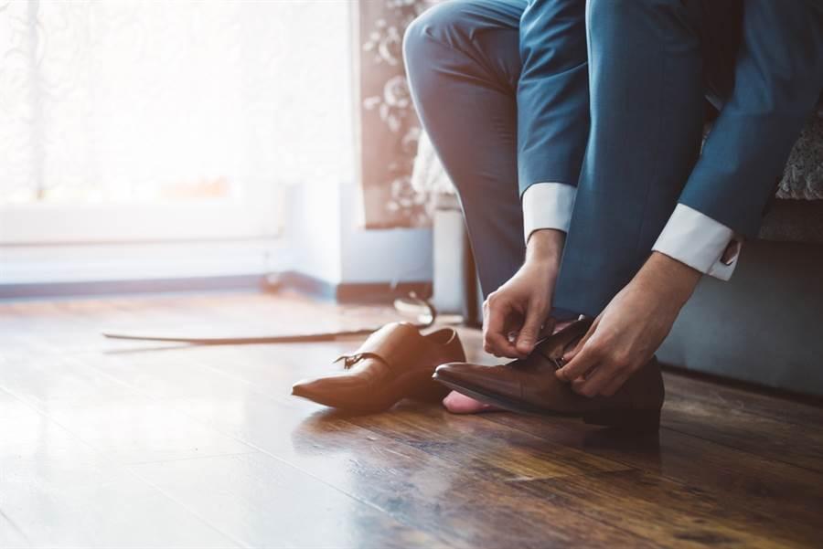 美國有專家認為,新冠肺炎病毒在鞋底的存活率也很高。(達志)