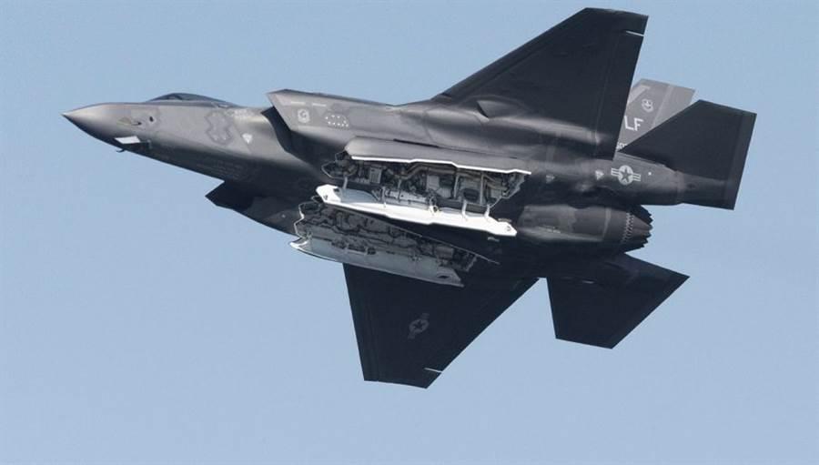 愛德華基地傳出新冠病毒病例,連帶造成F-35無法如期進入高速量產階段。(圖/美國空軍)