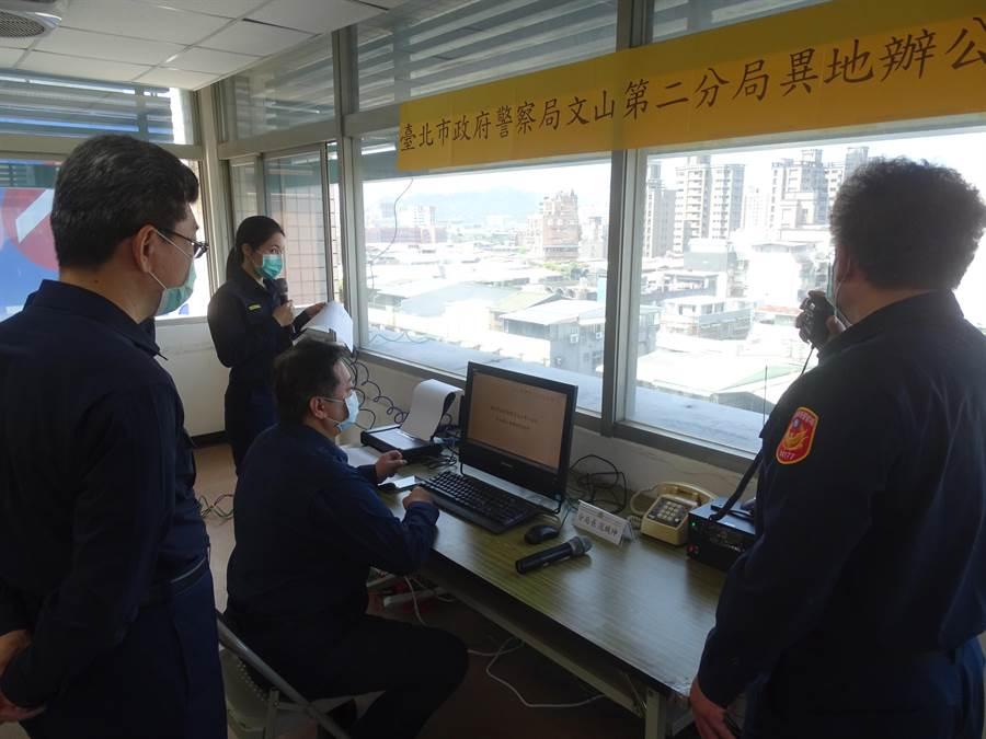 分局長檢查移置的警用電腦是否正常操作。(警方提供/陳鴻偉台北傳真)