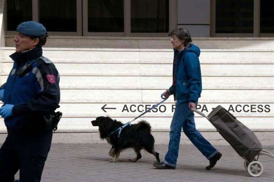 西班牙政府祭出「禁足令」,人人不得外出,然而,民眾卻動起歪腦筋,爭相出門「遛狗」。(圖/法新社)