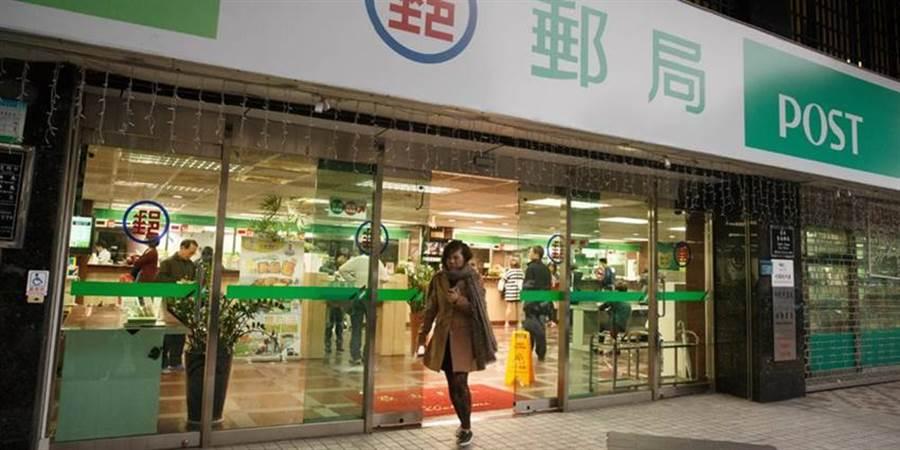 郵局將比照大眾運輸工具,進入時須配戴口罩,否則可依《傳染病防治法》開罰。(本報系資料照片)