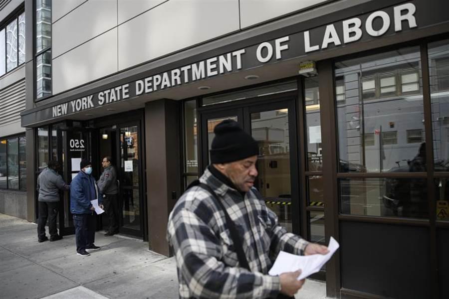 美勞工部發布上周初次申領失業救濟金報告,人數高達328.3萬人,是1982年全球經濟危機時期最高紀錄的近5倍之多。圖為紐約州民眾到勞工部進行就業諮詢。(圖/美聯社)