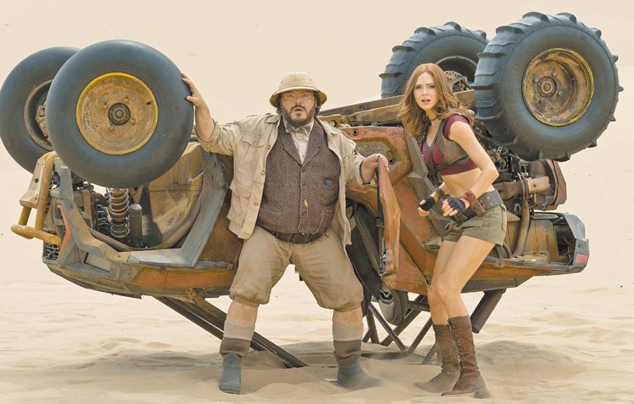 傑克布萊克(左)和凱倫吉蘭主演的《野蠻遊戲:全面升級》去年在台開出 1.9 億票房佳績。(索尼影業提供)