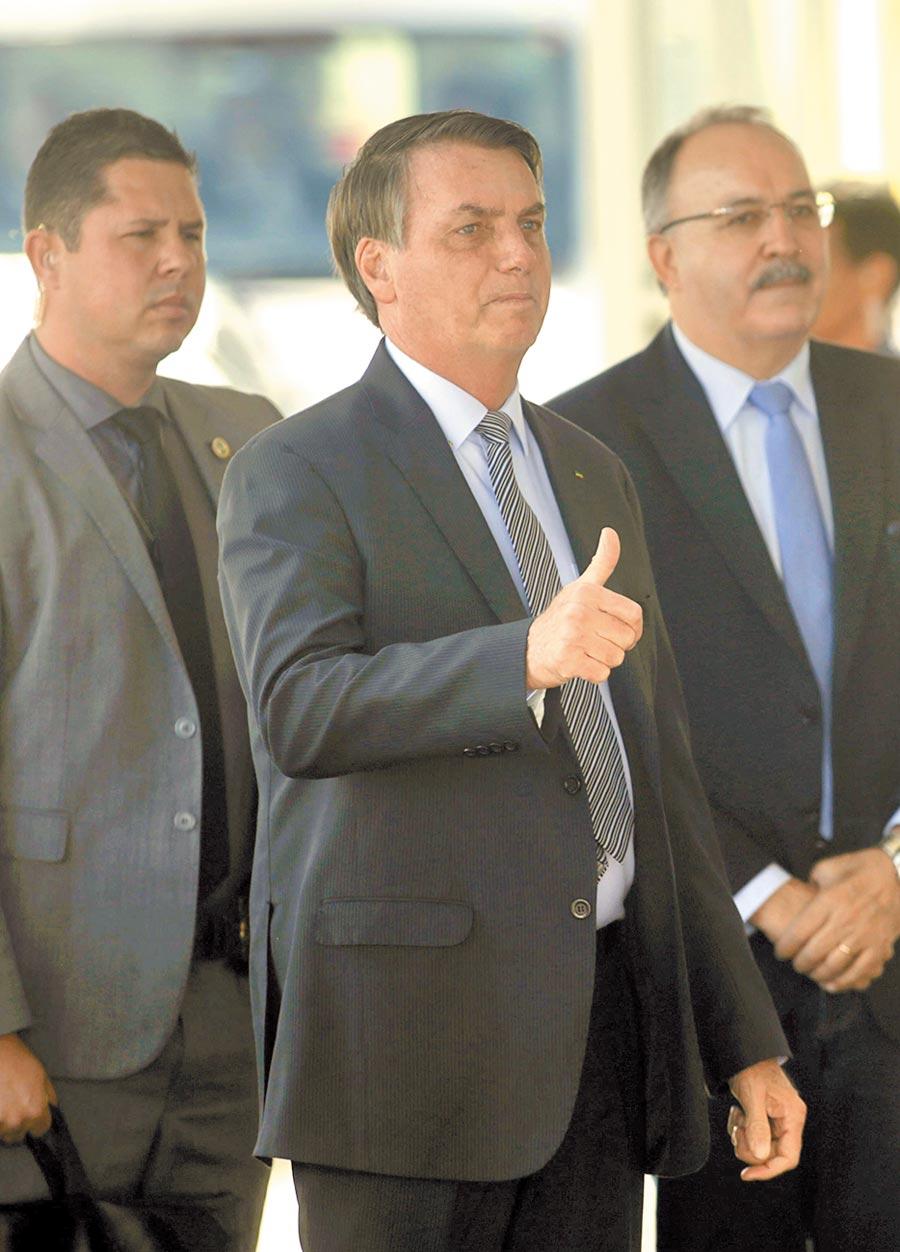 3月17日,巴西總統博索納羅(中)到達總統官邸。(新華社)