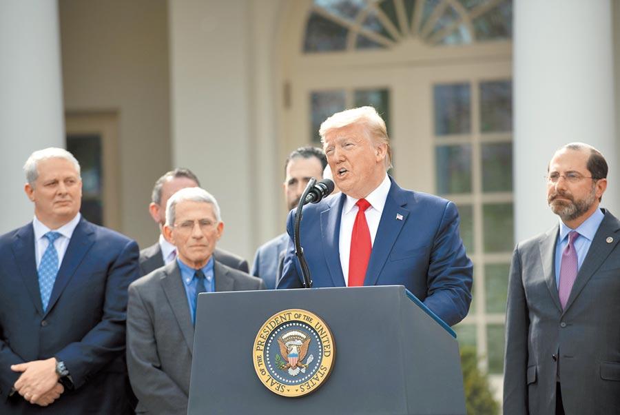 美國總統川普表示,他決定不再使用「中國病毒」這一說法。圖為 3月13日,川普(前)在白宮的記者會上講話。(新華社)