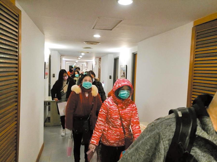 2月18日,首批滯留武漢台商隔離期滿,陸續離開檢疫所。(本報系資料照片)