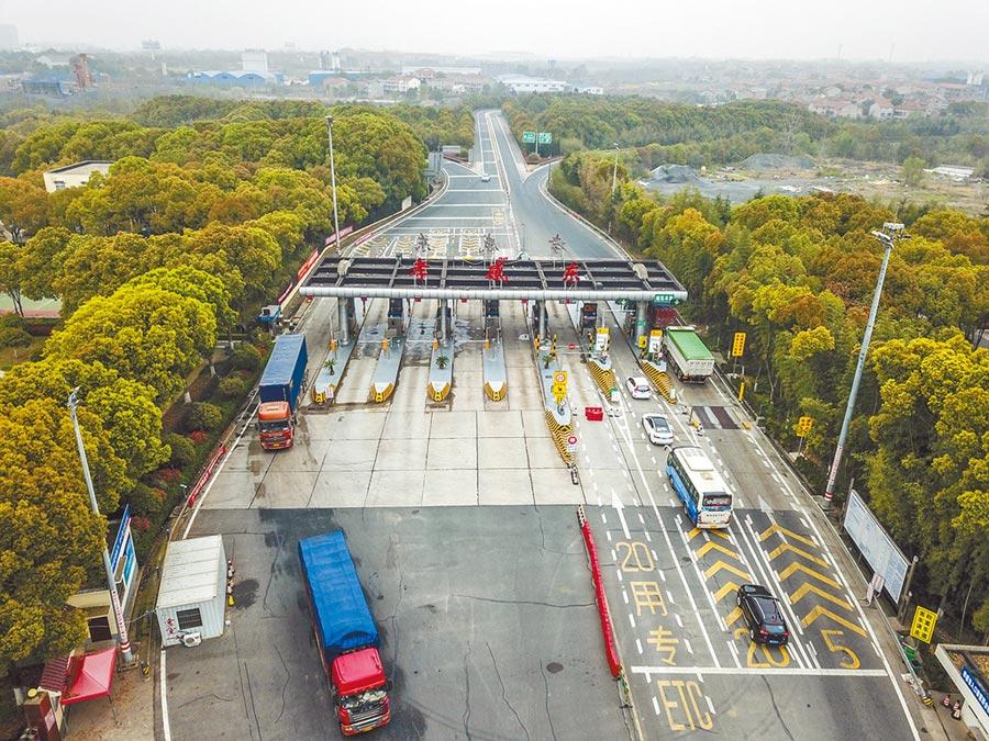 湖北武漢以外地區25日解除離鄂通道管控,車輛有序進出京港澳高速孝感東出入口。(新華社)