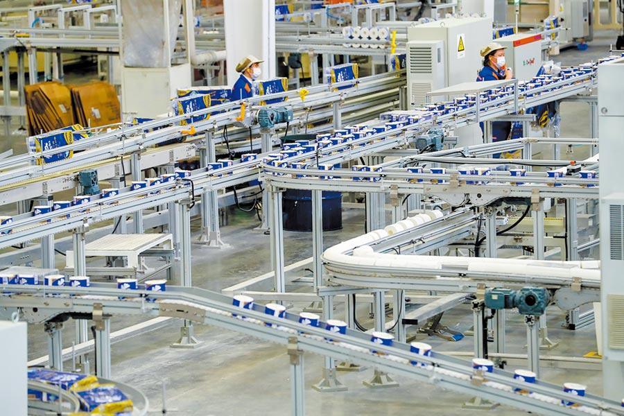 湖北孝感逐步復工復產。圖為3月24日,工人在自動化生產線上工作。(中新社)