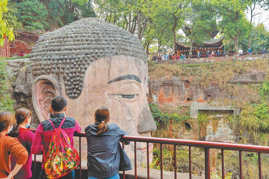 3月23日,遊客在樂山大佛景區內遊覽。(新華社資料照片)