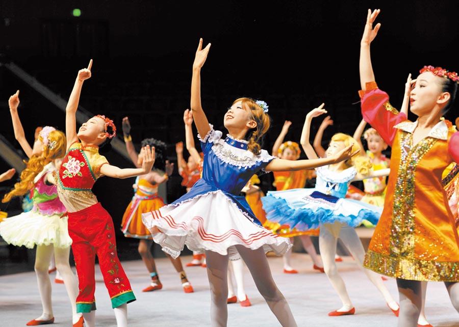 2019年12月30日,上海兒童藝術劇場舉行2020演出季發布會,中福會少年宮小夥伴藝術團在會上演出。(新華社)