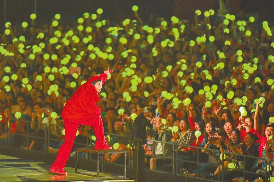 2019年11月15日,「2019華晨宇火星演唱會」在海口五源河體育場登場。(中新社)