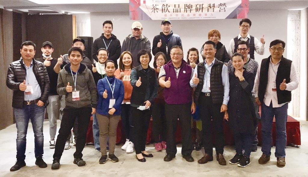 上島食品總經理陳家昇(右四)、協理黃慧芝(左四)與第二屆研習營加盟主合影。圖/上島食品提供