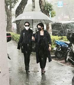 小S來看劉真了!大雨中赴靈堂 墨鏡擋不住愁容