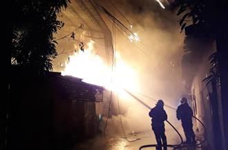 暗夜大火烈焰沿著電線竄燒 彰化又一家紙工廠又燒了精光