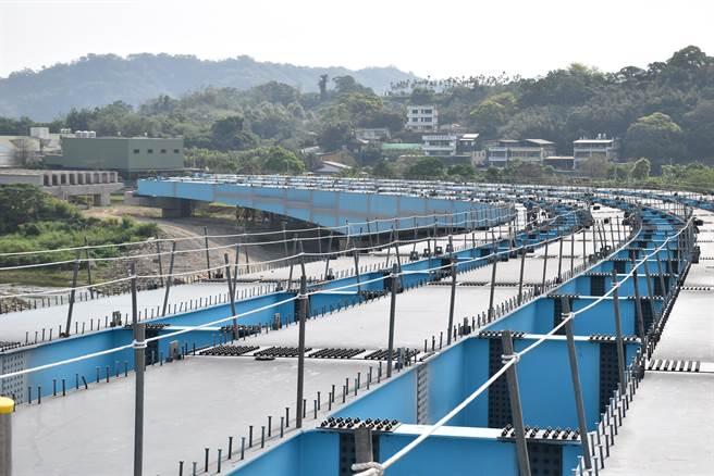 苗栗縣北橫公路工程已完成83%,正進行最後一里路的鋼箱梁吊梁作。〔謝明俊攝〕